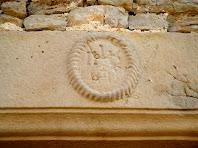 Detall de la llinda de la finestra del primer pis amb l'anagrama JHS
