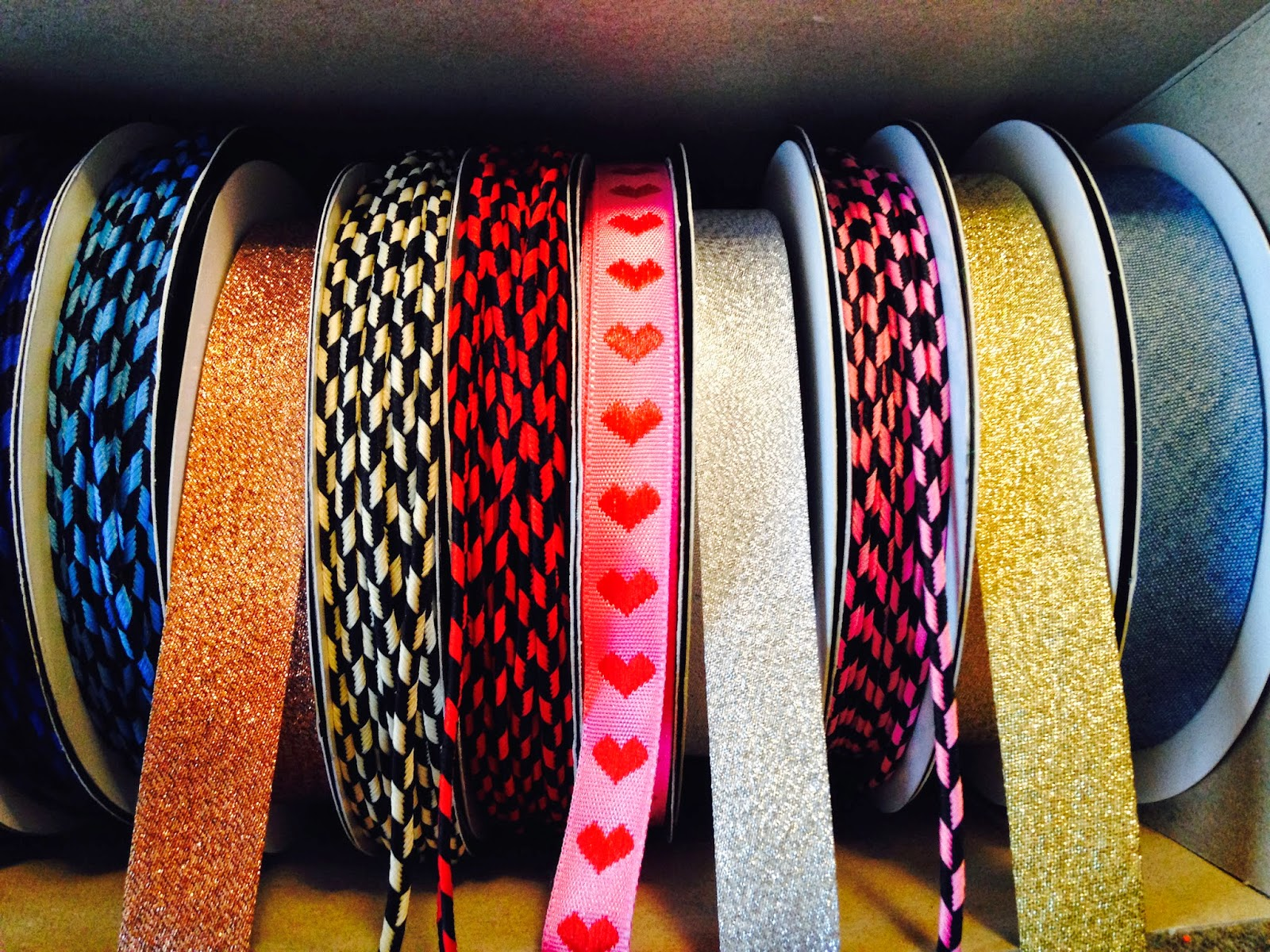 Anoraksnor lyseblå/sort - beige/sort - rød/sort - Lyserød/sort Skråbånd i kobber, gul og sølv Hjertebånd i pink med røde hjerter Skråbånd i denim/jeansstof/cowboystof