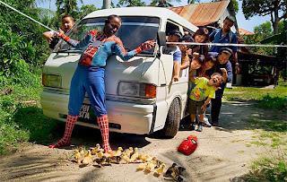 Spiderman Menjadi Pahlawan Telah Menyelamatkan Itik