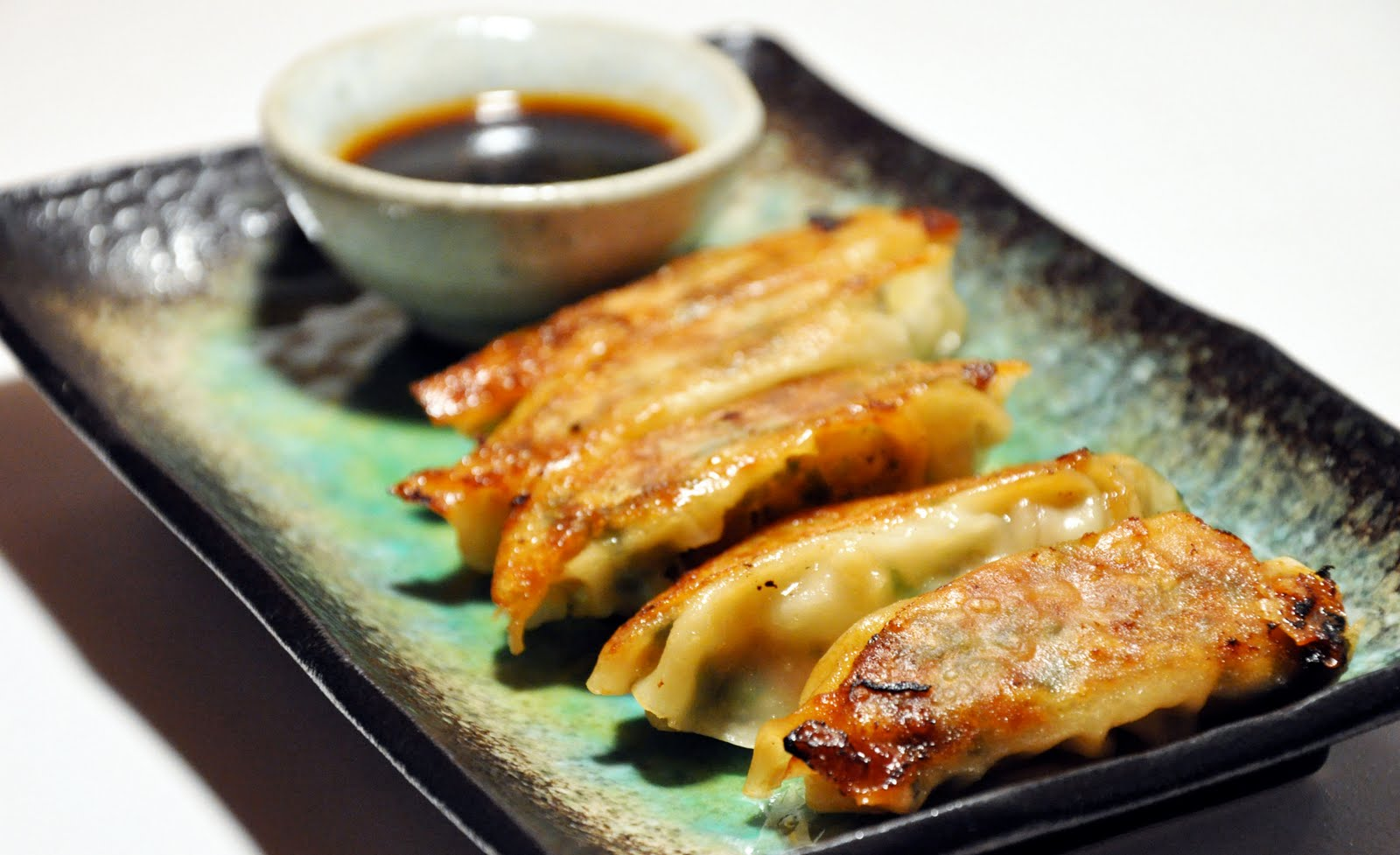tsukurikata: pork gyoza (potstickers) with dipping sauce