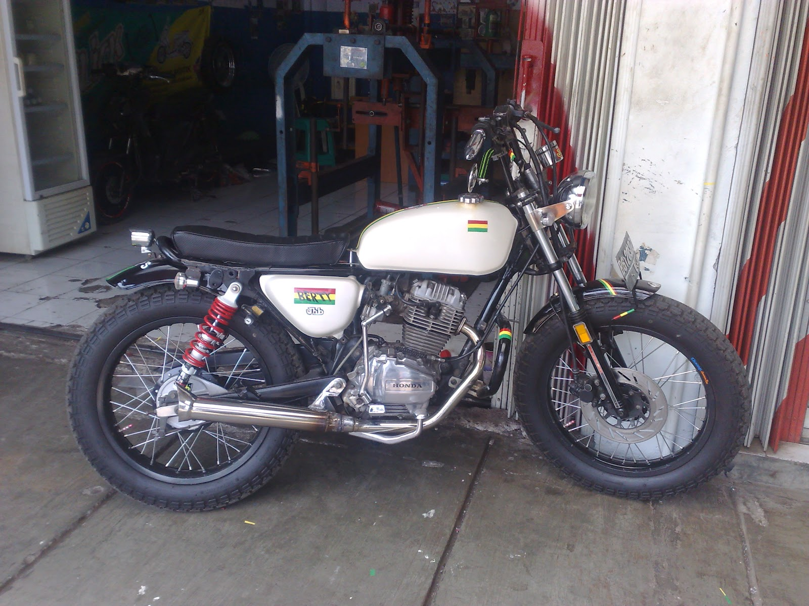 Home » Without category » Modifikasi motor jap style gl max serpong