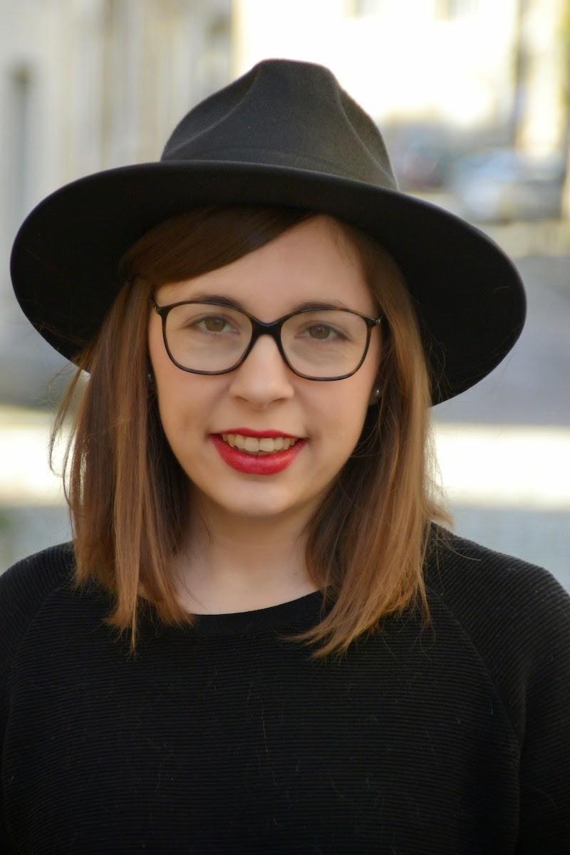 tenue avec pull noir COS ,short American Vintage, sac trapéze bleu, chapeau New Look