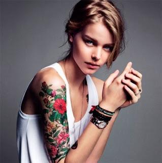 brazo tatuado con flores
