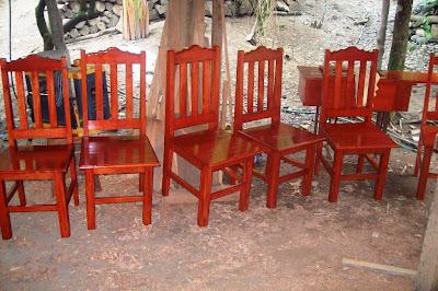 Sillas de madera de cedro sencillos