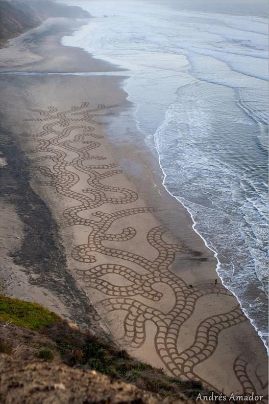 Artista utiliza un rastrillo para crear enormes pinturas de arena