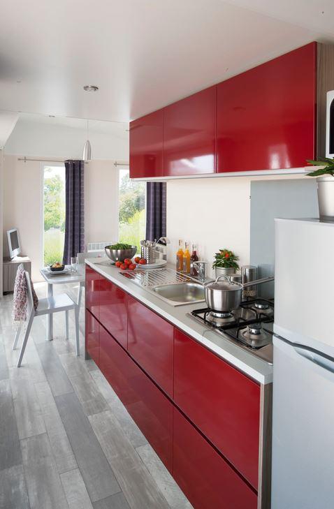 Meiselbach Mobilheime: Küchentürscharniere in einem Mobilheim
