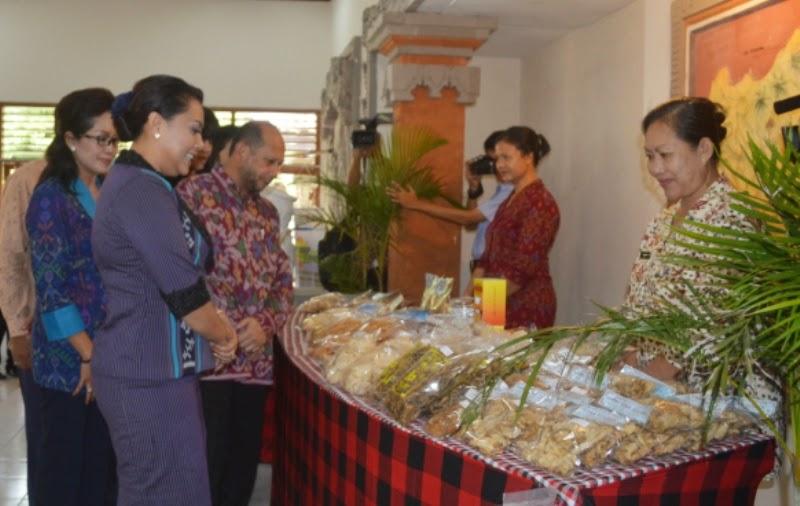 Bupati Tabanan didampingi Ketua P2MKP Karya Lestari dan mantan dubes