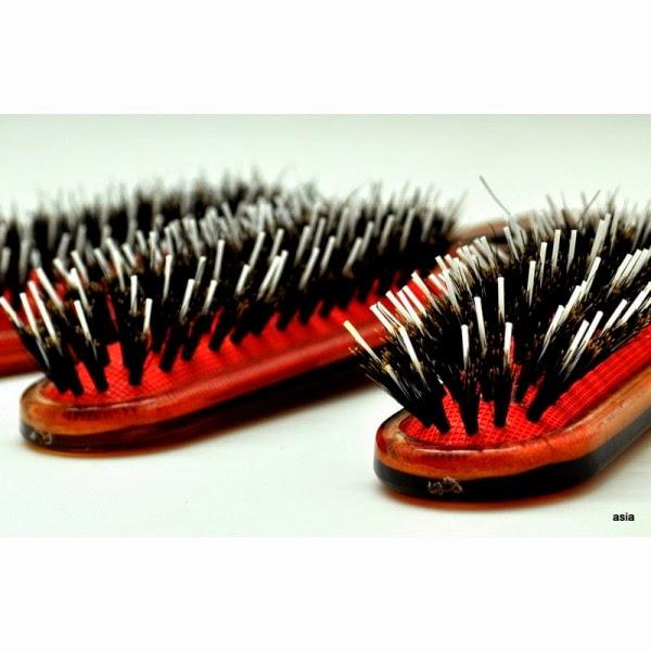 Specjalna szczotka do włosów przedłużanych pozwala na bezpieczną pielęgnację
