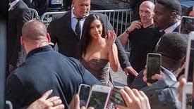 Kim Kardashian dévoile son décolleté à Paris