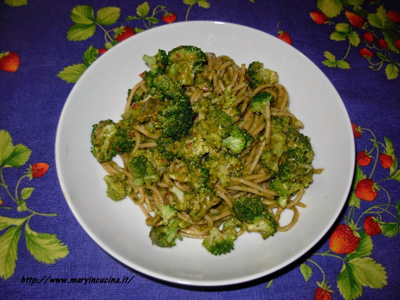 spaghetti con broccoletti in salsa di avocado