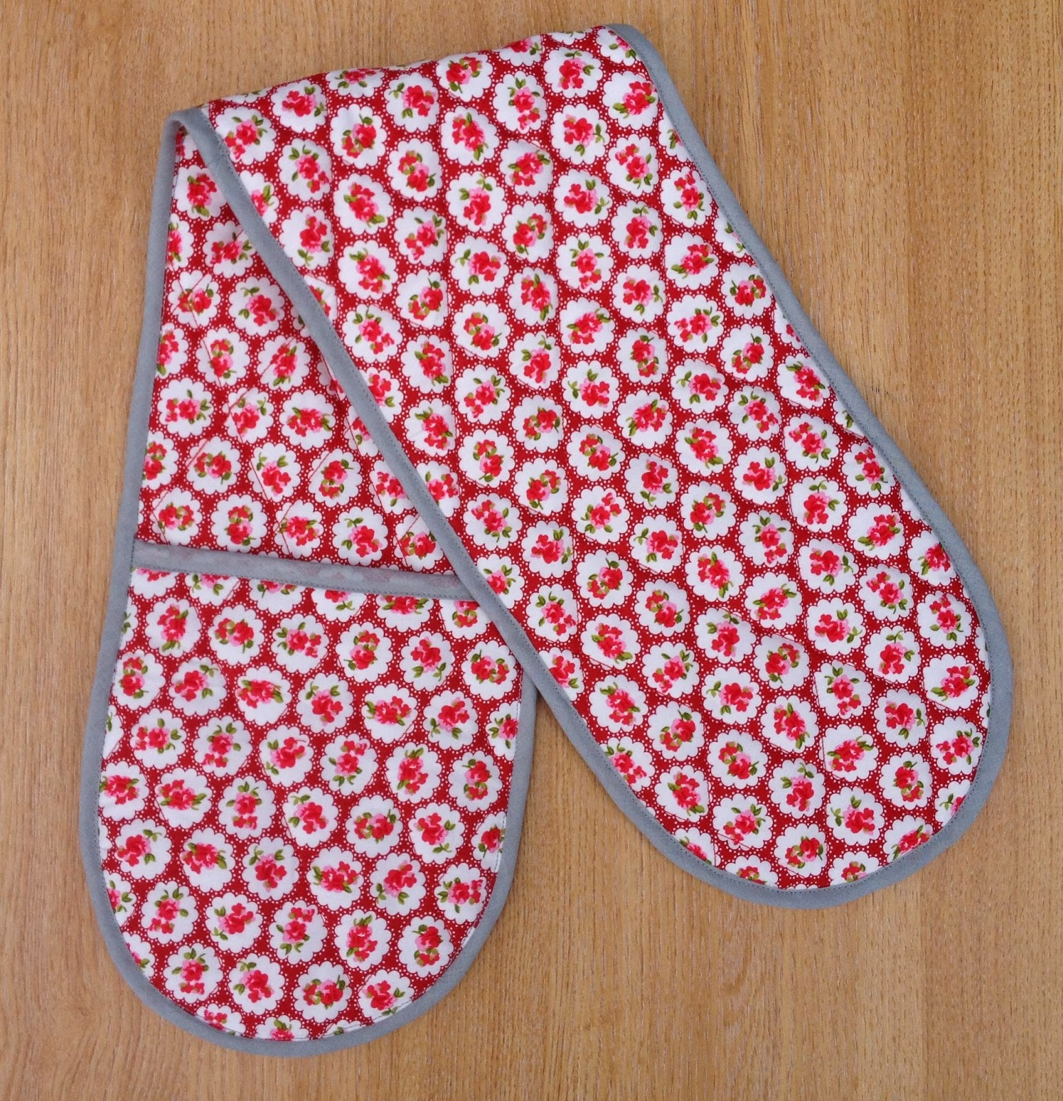 Free Patterns For Quilted Oven Mitts : Bundles and Buttons: Oven glove tutorial and free pattern