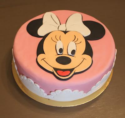 tarta fondant, pasta de azucar, tartas personalizadas, Disney, Minnie Mouse, cumpleaños, infantil, sorpresa niños