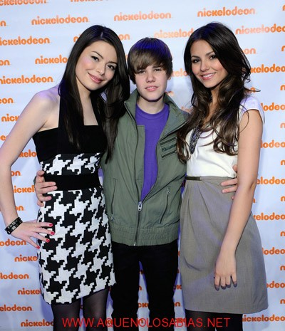 Justin Bieber en brazos de Victoria Justice y Miranda Cosgrove