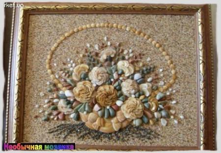 Татьяна Николаевна своими руками делает мозаичные картины из ракушек и морских камней.