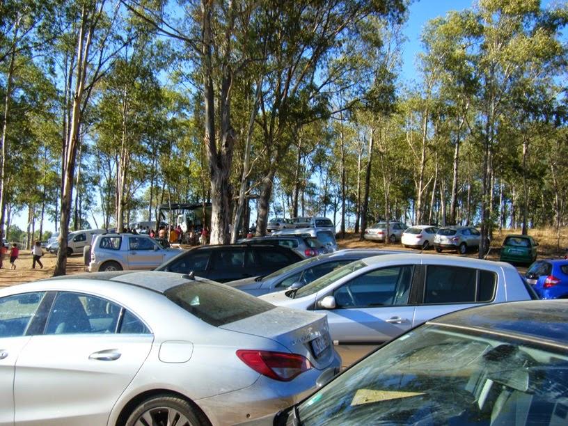 Estacionamento junto á Praia cheio de viaturas