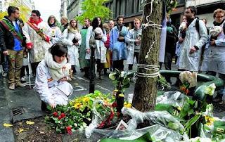λουλούδια στο σημείο που πολτοποιήθηκε το κεφάλι του 19χρονου Atony