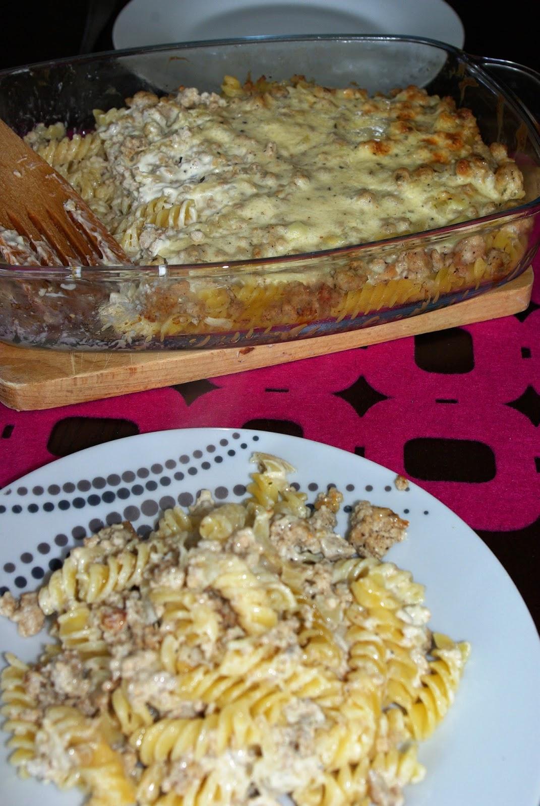 Zapiekanka jednogarnkowa z makaronem i mięsem mielonym.