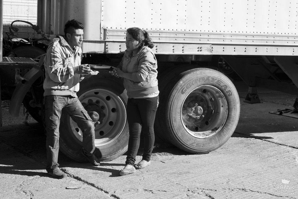 pareja comiendo junto a trailer