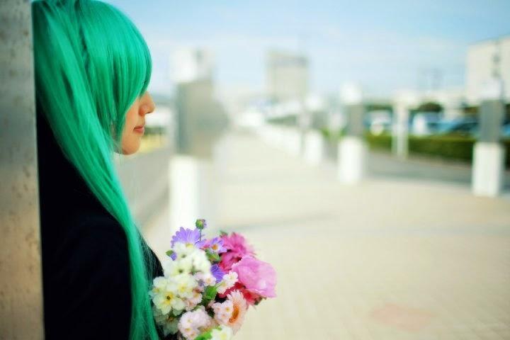 ... foto Saya-Chan yang mengenakan Seifuku Hitam dan membawa Bunga