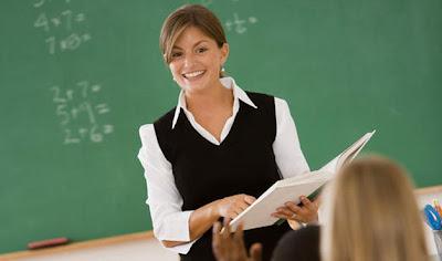 Guru sedang Mengajar - 5 Perbedaan Guru Dulu dan Sekarang