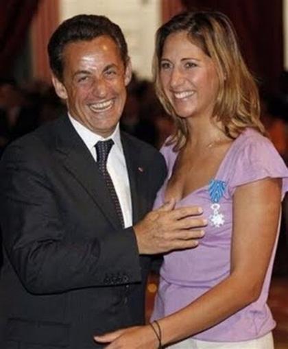 """Nhưng liệu phu nhân Carla Bruni có chịu tha thứ cho chồng vì hành động """"sỗ sàng"""" này..."""