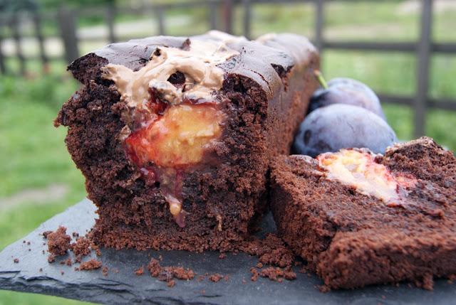 Ciasto czekoladowe z owocami, ciasto ze śliwkami, przepis na śliwki, mocno czekoladowe ciasto, najlepszy przepis na ciasto czekoladowe, pyszne ciasto czekoladowe, najlepsze ciasto ze śliwkami i czekoladą, dzieci jedzą śliwki, przepis na śliwki, jesienne ciasto