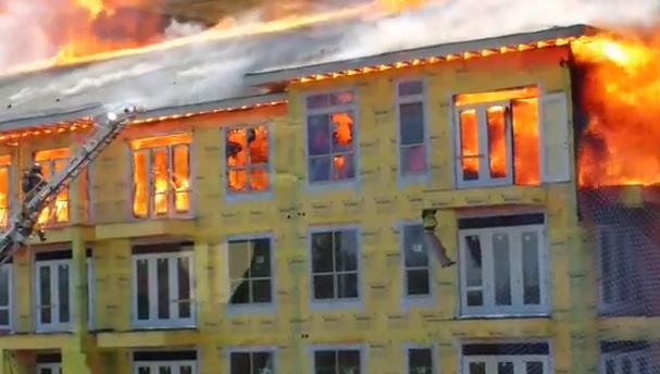 O incrível resgate de um operário durante incêndio em obra