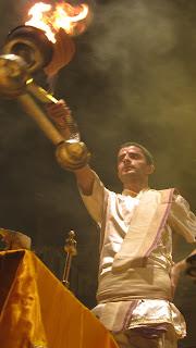 main-ghat-ceremonia-hombre-fuego