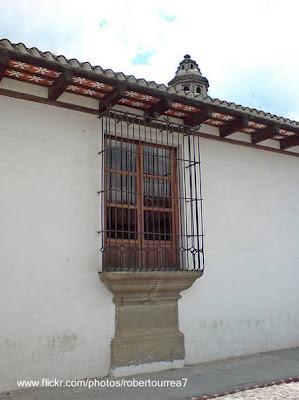 Ventana con reja de una casa antigua estilo Colonial español