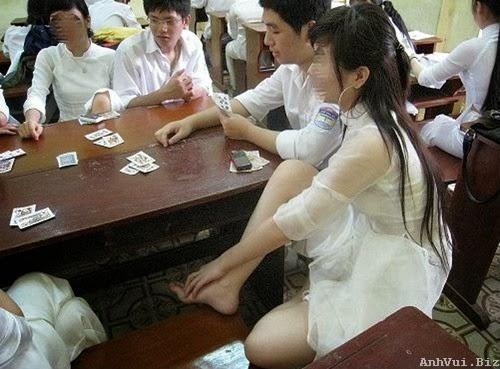 Hình ảnh con gái đánh bài
