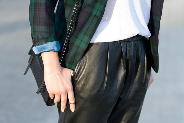 Pulsera de Chavin y anillos midi de Zara con pantalones de piel