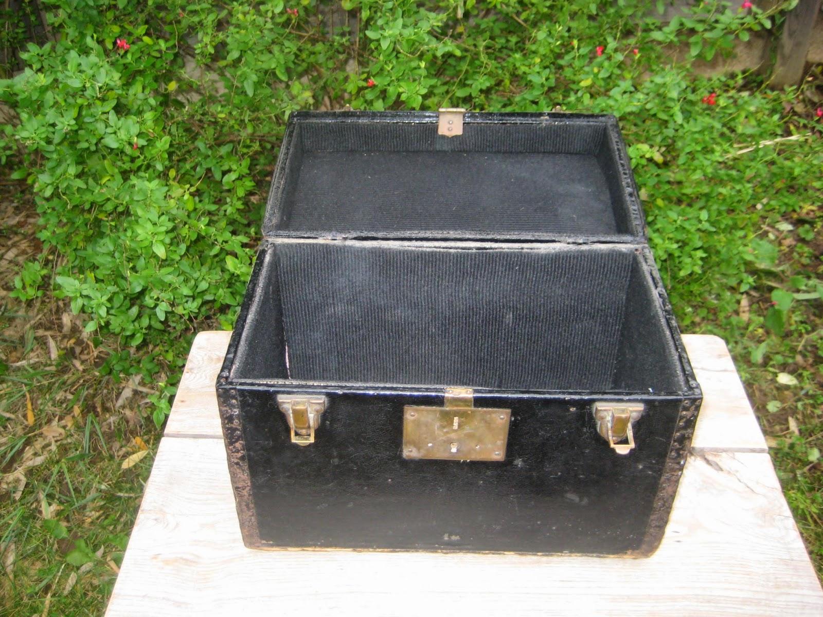 ancienne mallette valise cuir fer bois et laiton les enfants de la brocante. Black Bedroom Furniture Sets. Home Design Ideas