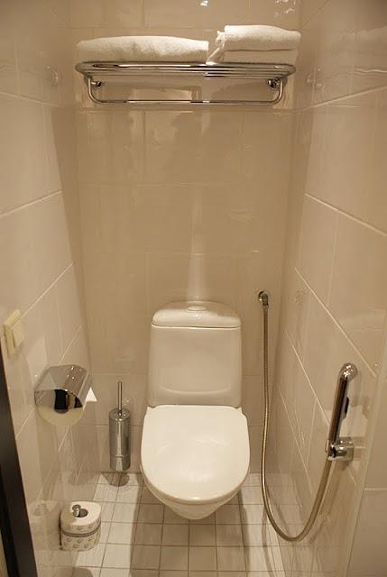 crowne plaza helsinki, valkoinen kylpyhuone, moderni, seinäwc, hotelli, olympiastadion
