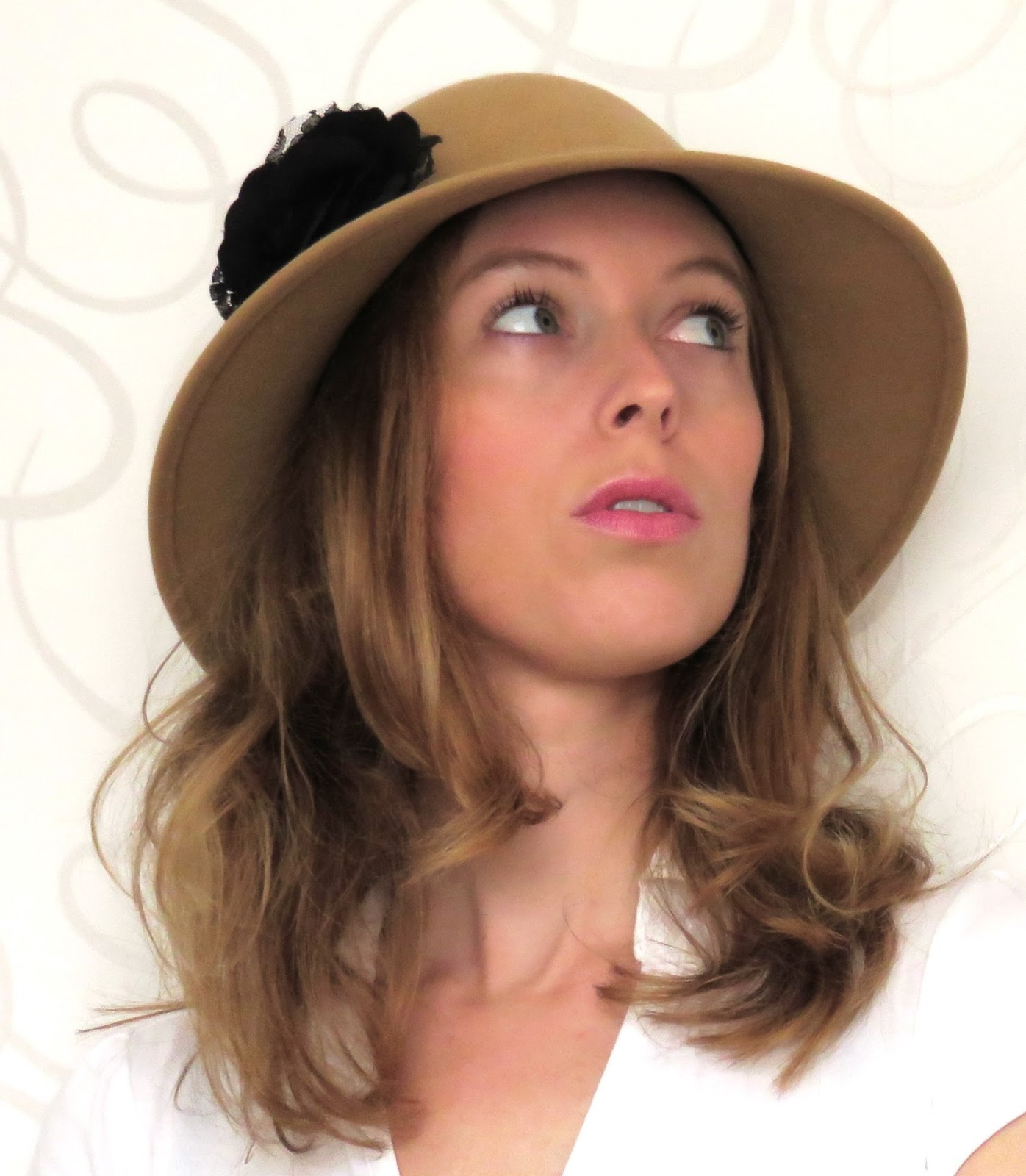 chic neutral hat with black flower chique neutrale hoed met zwarte bloem
