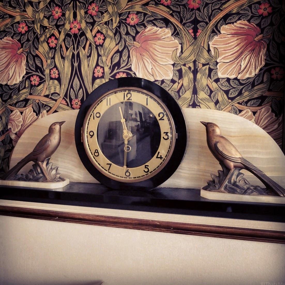 La Chambre Aux Oiseaux brunch Canal Saint-Martin Paris, La chambre aux oiseaux déco papier peint old school fleur grand-mère, déco pendule oiseaux vintage brocante La Chambre Aux Oiseaux