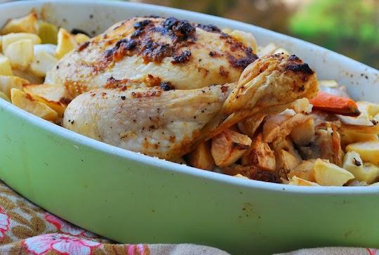 Maślany kurczak pieczony z jabłkami