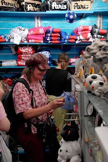Monika beim Shoppen