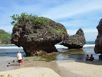 Cantiknya Birunya Laut di Pantai Siung