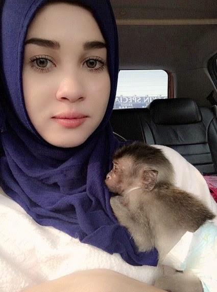 Gambar Emma Maembong Monyet Jadi Bahan Peminat