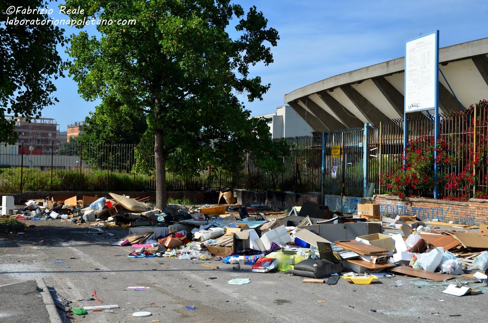 ... : Discarica di rifiuti accanto alle strutture sportive (Fuorigrotta