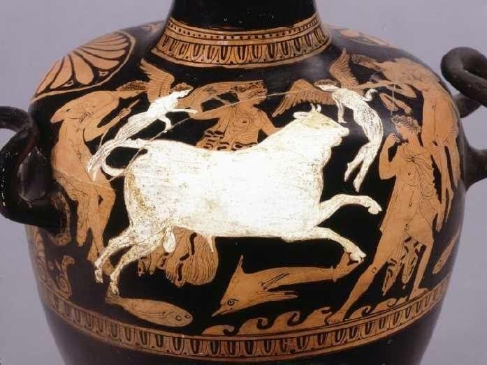 Η αρπαγή της Ευρώπης. Ερυθρόμορφη αττική υδρία, περίπου 380-360 π.Χ. Βρέθηκε στην Κυρηναϊκή. Ο Δίας παρουσιάζεται μεταμορφωμένος σε άσπρο ταύρο μόνο που δε μεταφέρει στην πλάτη του την Ευρώπη, αφού η Ευρώπη βρίσκεται πίσω από τον ταύρο και φαίνεται σαν να πετάει. Η θάλασσα αποδίδεται με τα κύματα στο κάτω μέρος και τα δελφίνια. Δύο άσπροι έρωτες πετούν μπροστά και πίσω από ζεύγος. Προπορεύεται ένας νέος που κοιτά προς τα πίσω που μπορεί να είναι ο Ερμής. Η σύνθεση ολοκληρώνεται με δύο ανδρικές μορφές αριστερά και δεξιά. Λονδίνο, Βρετανικό Μουσείο, 1863,0114.1/E231 © Trustees of the British Museum