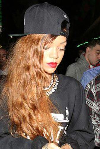 Rihanna Ters Takılmış Siyah Beyzbol Şapkası ve Rihanna Uzun Kahve Dalgalı Saç modeli