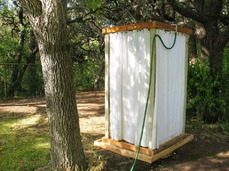 Una ducha exterior con palets paso a - Ducha de jardin ...