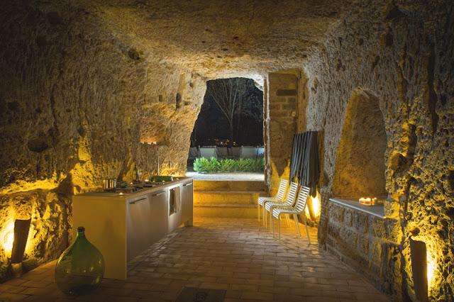 Uma casa construída dentro da caverna