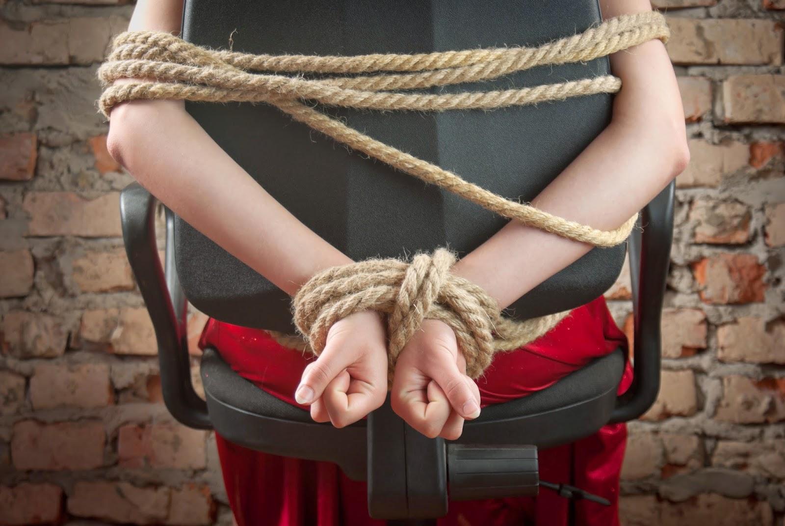 Фото связанные веревкой женщины