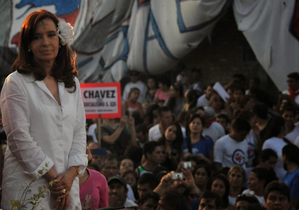 http://2.bp.blogspot.com/-M8vGW3iPUAo/UxfT4VWJ10I/AAAAAAAAFXU/_HpGwzgUR1I/s1600/Misa_en_honor_a_Hugo_Ch%C3%A1vez_-_Cristina_Fern%C3%A1ndez_de_Kirchner(1).jpg
