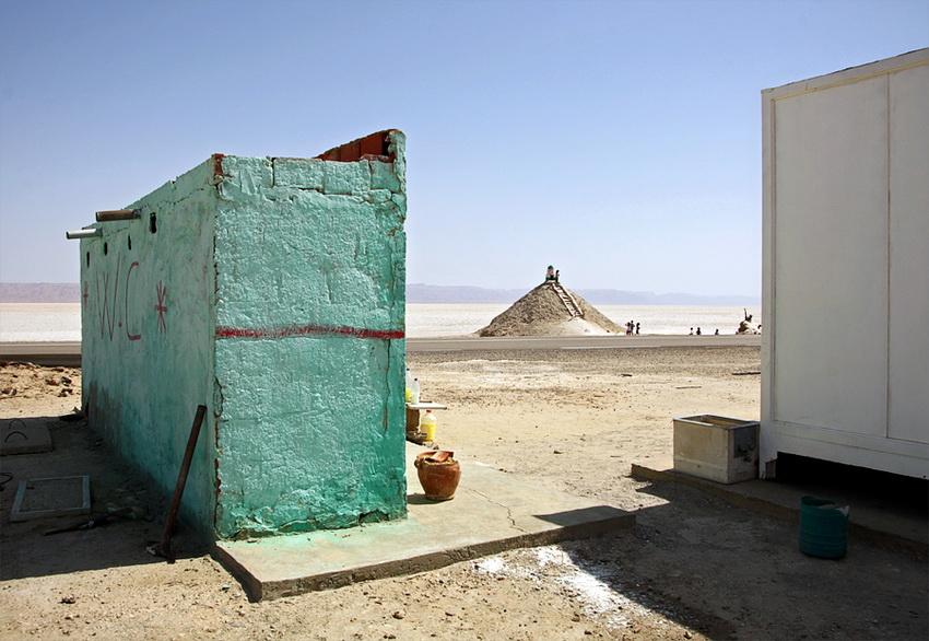 Instalações sanitárias à beira da estrada, num lugar de comércio em pleno Lago Salgado