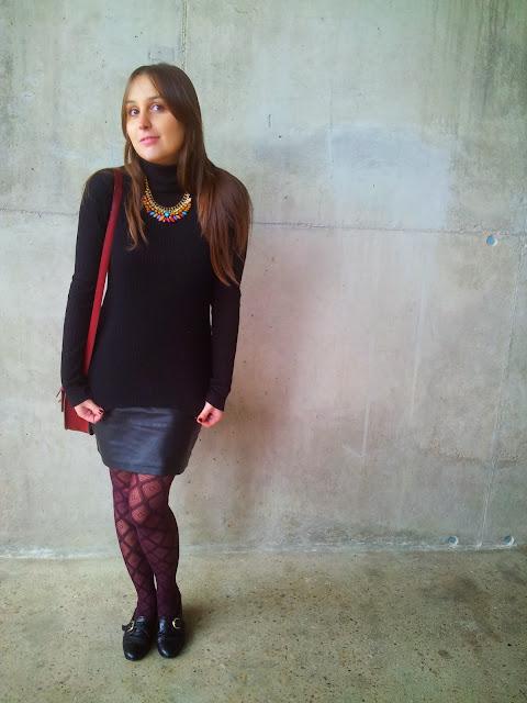 Falda de polipiel de ICHI, tendencia de otoño invierno 2013, jersey de mango negro y collar de piedras de colores.