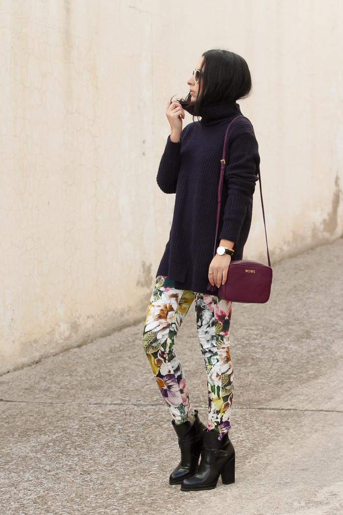 Blogger de Valencia tendencias de moda pantalones estampado floral y bolso personalizado con iniciales