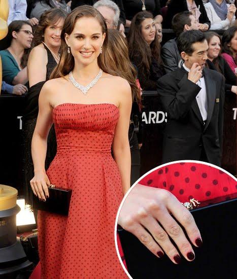 Natalie Portman fue una de las que eligió tonos rojos para sus uñas en este caso un esmalte vino tinto. Penelope Ann Miller y Jessica Chastain también